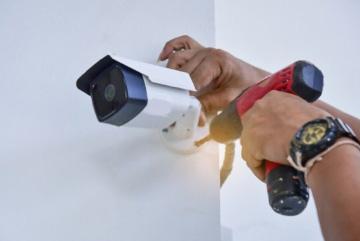 Bringen Sie Sicherheitslösungen in Ihre Immobilie mit unseren professionellen Überwachungsinstallationsdiensten. Wir bieten die modernste Installation von Überwachungskameras in der Schweiz. Von einfachen Kameras zur Überwachung Ihres Hauses und Ihrer Familie bis hin zu Hightech-HD-Kameras für Ihr Unternehmen zu einem erschwinglichen Preis!
